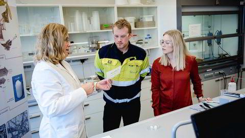 Marius André Nilsen (30) er en av de Borregaard-ansatte som har fått nye oppgaver. Her med trainee Hanne Andreassen (til høyre) og Kristin Weel Sundby, som er gruppeleder for selskapets Exilva-forskning, som blant annet skal gjøre det mulig å erstatte løsemiddelbaserte systemer med vannbaserte systemer.