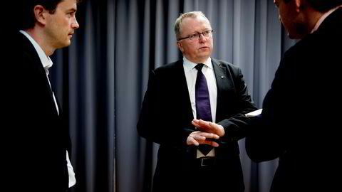 Eldar Sætre, konsernsjef i Equinor, kan tvinges til å ta enorme nedskrivninger om han følger britiske BP. Til venstre pressetalsmann Bård Glad Pedersen.