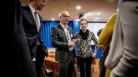 Kringkastingssjef Thor Gjermund Eriksen i diskusjon med Medietilsynets direktør, Mari Velsand.