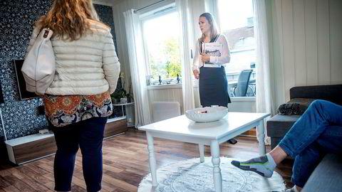 Der megler Elise Talsæte hadde privatvisning er ett av flere områder som opplever stigende boligpriser, mens de faller i Oslo.