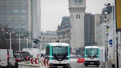 Dersom den digitale infrastrukturen i en by privatiseres eller låses fast til lukkede standarder, blir digitaliseringen det motsatte av innovasjon, skriver artikkelforfatteren. Her er to selvkjørende elektriske minibusser som går mellom togstasjonene Gare de Lyon og Gare d'Austerlitz i Paris.