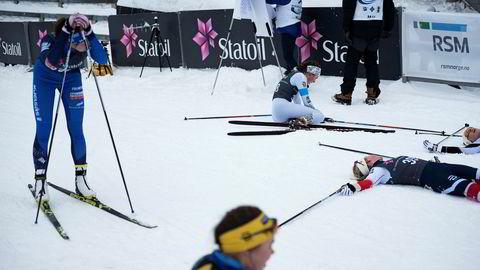 Den eldste juniorklassen på jentesiden i Norgescupen i Holmenkollen sist helg hadde over 140 påmeldte på fredagens fem kilometer. Her ligger løperne strødd i målområdet etter målgang.