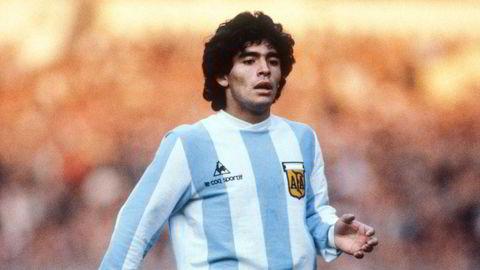 Gud er død. Bildet til Mark Leech av Diego Armando Maradona, tatt under en vennskapskamp mellom hans Argentina og England 13. mai 1980, som den franske sportsavisen L'Équipe gjenbrukte til deres minnenummer ifjor høst.