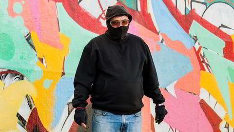 Anonym kunstner. Goal har aldri stått frem med fullt navn. Her er han i ferd med å fullføre et verk på den lovlige, private veggen i skateparken til Gamlebyen Sport og Fritid.