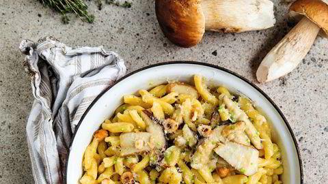 Pasta med små griser. Steinsoppen er som skapt for italiensk pasta og parmesan. Porcini, steinsoppens navn på italiensk, betyr «små griser».