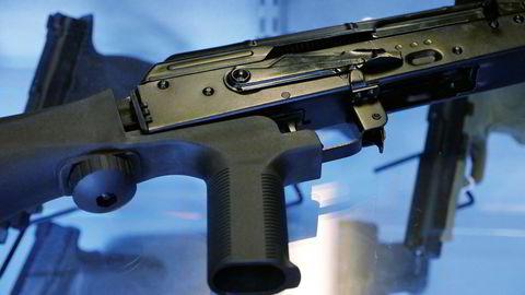 En såkalt «bump stock» er en modifisering som kan få halvautomatiske våpen til å fungere tilnærmet som et helautomatisk våpen.