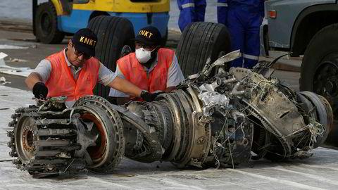 Eksperter undersøker en motor fra Lion Air-flyet som styrtet like etter avgang fra Jakarta i oktober i fjor. Den samme flytypen, Boeing 737 MAX 8, var involvert i nok en ulykke i mars i år, og mye peker mot at samme systemfeil bidro til begge ulykkene. Arkivfoto: AP / Achmad Ibrahim / NTB scanpix