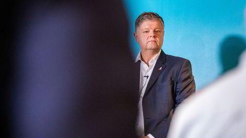Norwegian-sjef Jacob Schram under en pressekonferanse i høst.