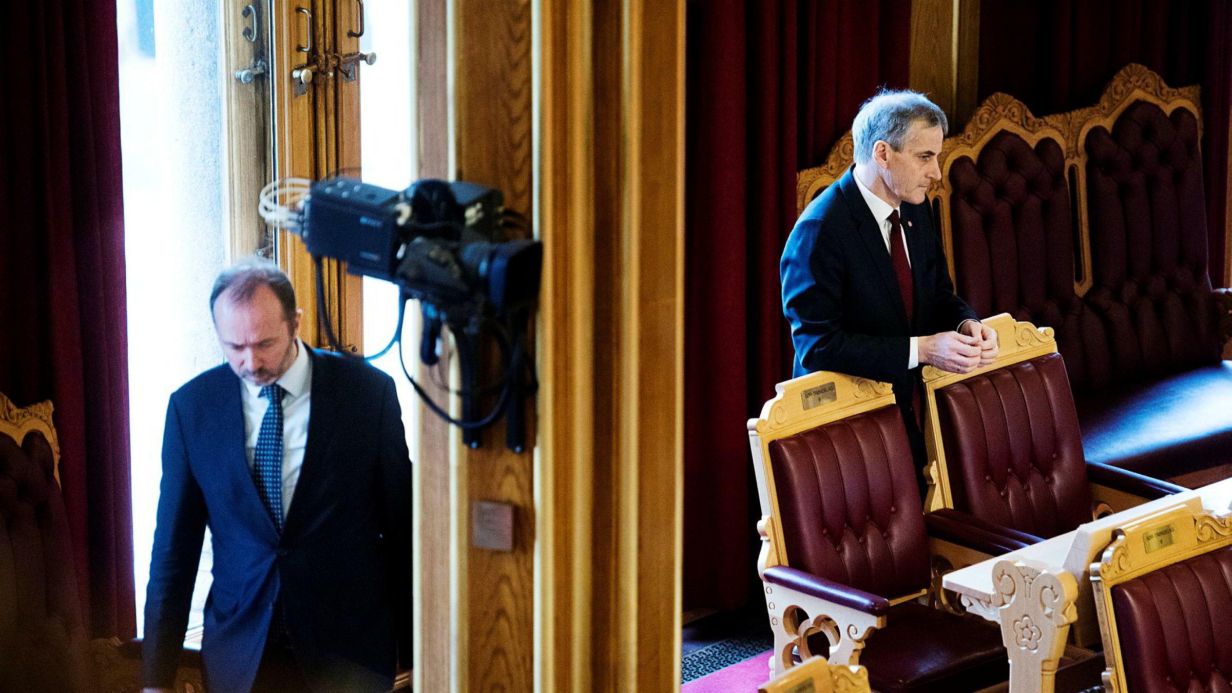 Trond Giske (til venstre) skriver i et Facebook-innlegg at han har informert partileder Jonas Gahr Støre om at han trekker seg som nestleder i Arbeiderpartiet.