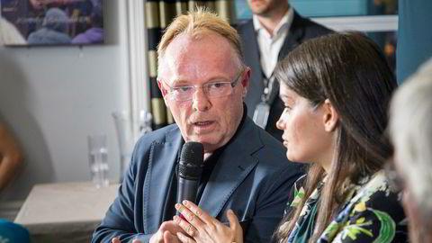 Per Sandberg melder overgang fra Frp til Liberalistene. Her med kjæresten Bahareh Letnes på deres felles pressekonferanse etter at Sandnes trakk seg som fiskeriminister.