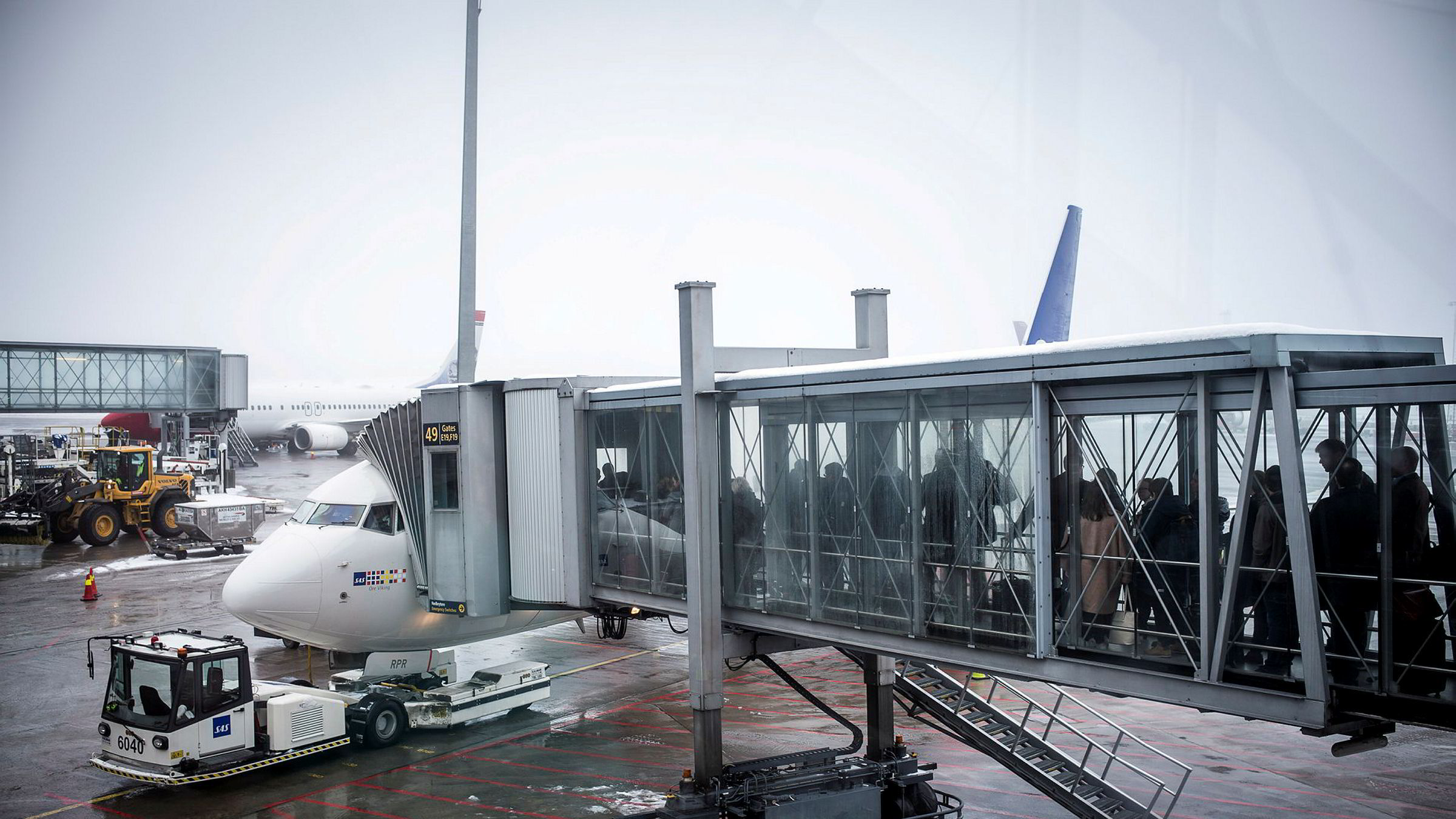Frykt for smitte gir færre reisende og i neste omgang redusert oljeforbruk i transportsektoren.