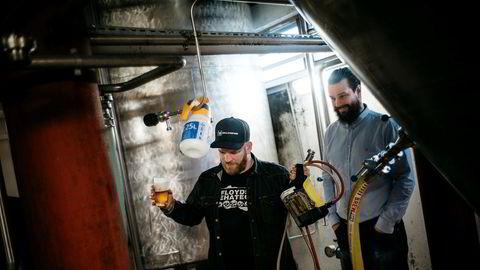 Lervig Aktiebryggeri er blant de norske ølprodusentene som merker økt etterspørsel fra utlandet. Her daglig leder Anders Kleinstrup (til venstre) sammen med bryggerimester Mike Murphy.