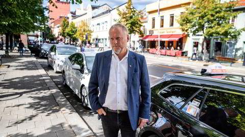 Køen av taxier har vokst etter frislippet i taxinæringen. Her er byrådsleder Raymond Johansen ved holdeplassen på Grønland.