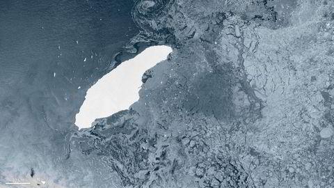 Dette bildet viser det enorme isfjellet med navnet A-68A som har kurs mot den artsrike øya Sør-Georgia i Sørishavet. Forskerne frykter at isfjellet vil kunne blokkere viktige gjennomstrømningsårer for mat og knuse livet på sjøbunnen der fjellet treffer grunnen. Bildet er tatt 5. juli i år.