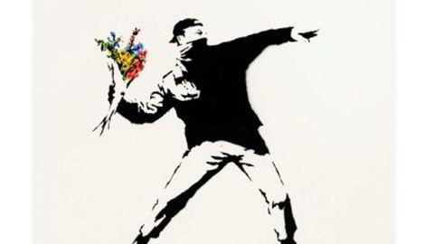 «Love is in the Air» fra 2005 er et av de sentrale og mest kjente verkene til Banksy, også kjent som «verdens mest berømte gatekunstner» og som har valgt å være anonym.