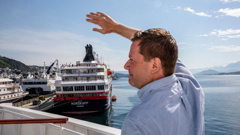 Hurtigruten-sjef Daniel Skjeldam vinker til mannskapet på en båt i opplag i Ålesund. Bildet er tatt sommeren 2020.