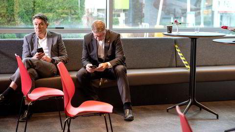 Norwegians lederduo Jacob Schram (til høyre) og finansdirektør Geir Karlsen fikk ikke gehør hos regjeringen for krisehjelp – og heller ikke mulighet til å legge frem alternative forslag. Her fra mandagens pressekonferanse hos Norwegian på Fornebu.