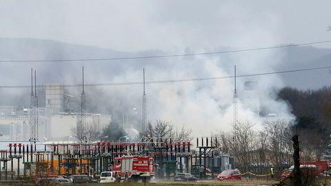 Damp stiger opp i lufta etter eksplosjonen.