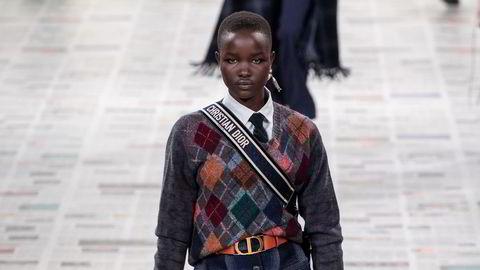 Rutetid. På Dior sin høst- og vinterkolleksjon var ruter, slips og knehøye sokker å se på de fleste modellene.
