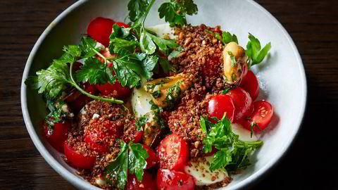 Björn Svenssons capresesalat med varme blåskjell kan fort bli blant sommerens beste salater. Foto: Tommy Andresen
