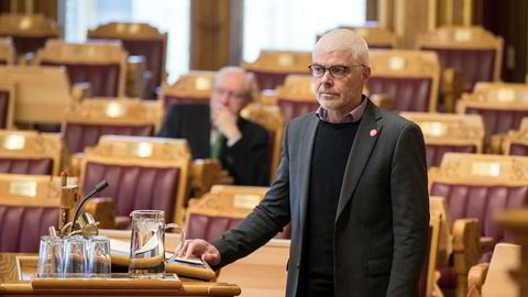 Justispolitisk talsperson Petter Eide i SV mener koronaepidemien krever at politiet omprioriterer ressursene slik helsevesenet har gjort.