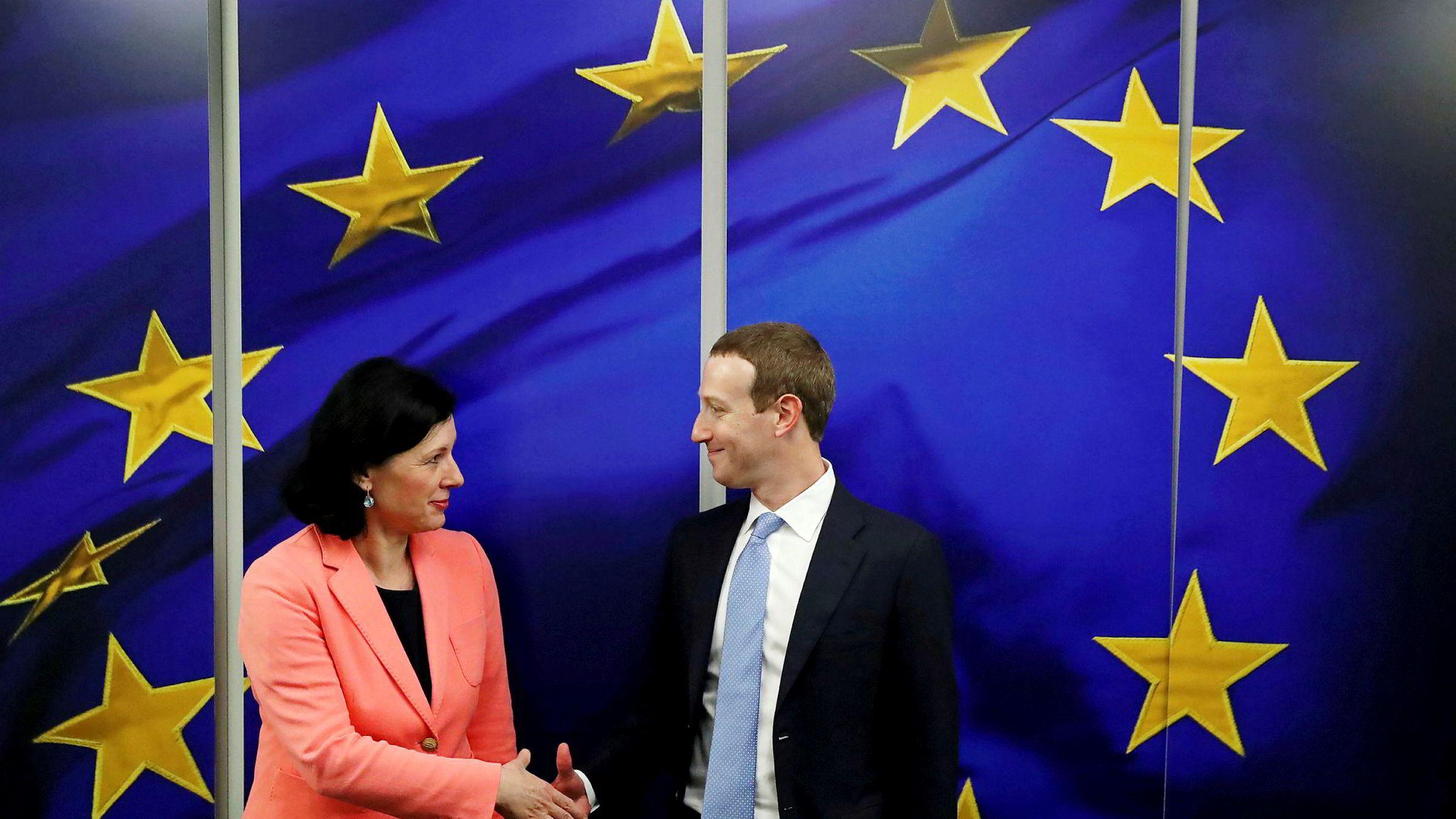Facebook-sjef Mark Zuckerberg møtte EU-toppene i Brussel mandag, blant dem Vera Jourova, kommissær for verdier og åpenhet.
