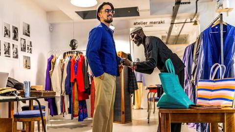 Den togolesiske designeren Amah Ayivi kler opp rapper L'Artiste i klær fra sin vintagekolleksjon i en pop up-butikk i Paris. Ayivi selger bruktklær og tilbehør, opprinnelig gitt som klesdonasjoner til Afrika, i Europa under merket Marche Noir.