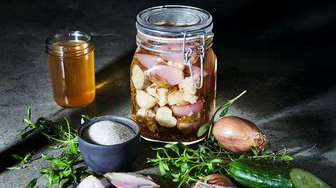 Urtesyltet pickles. Agurkene smaker best når du sylter dem selv, gjerne sammen med blomkål, løk og estragon.
