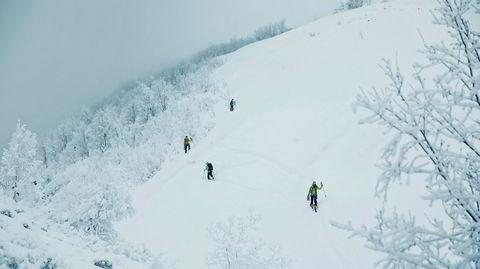 Alarmen har gått. Under snøen sender skredsøkere ut rop om hjelp. Over snøen kommer en gruppe frivillige spesialister til for å hjelpe.