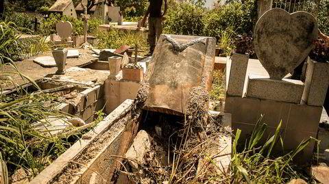 Gravrøverne. På den sørlige kirkegården i Caracas er en stor del av gravene åpnet av gravrøvere på jakt etter de dødes verdisaker. Plyndringen av kirkegårdene i landet er et av de mest bisarre utslagene av krisen i Venezuela.