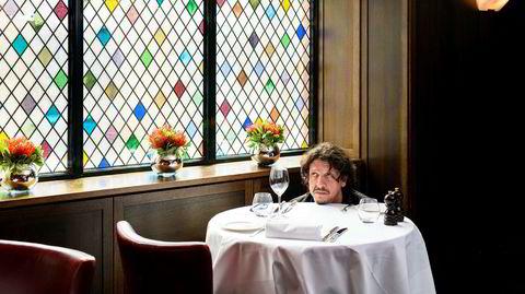 Bordet fanger. Jay Rayner serverer sitt siste måltid mellom stive permer i en alder av 52. Ikke er det spesielt fancy, heller.