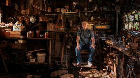 Kunst. – Jeg vokste opp med at du må aldri røre noe. Så jeg rørte ikke noe, sier fotograf Rune Johansen, sittende i «gammelfjøsen» til bestefaren på Engeløya. Men nå skal takbjelken flyttes og bli en del av utsmykningen i det nye rådhuset i Bodø.