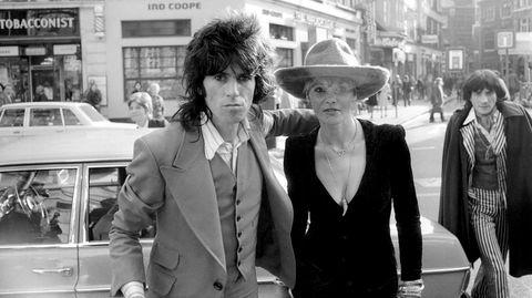 Keith Richards og tysk-italienske Anita Pallenberg møter myndighetene igjen i London i 1973. De var i et stormfullt forhold fra 1967 til 1980 og fikk tre barn sammen.