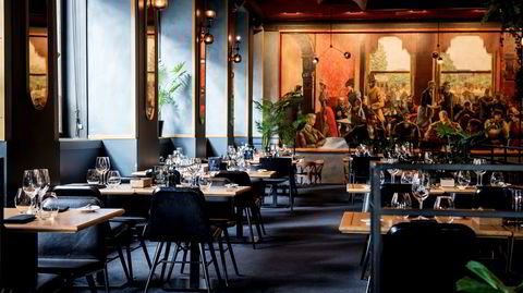 Grand Café – fortsatt et godt sted for et godt måltid, og fortsatt henger Per Krohgs oljemaleri med Kristiania-bohemen på veggen. I dag har Grand et modernisert Wienercafé-preg, med store palmer, slanke trestoler og art deco-aktig belysning.