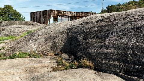 Rasterplass. Nedsenket i landskapet, med utsikt over havet, ligger den nybygde hytta på Skåtøy utenfor Kragerø. Den er kledd med et iøynefallende raster i tre som skaper et særegent skyggespill inne.