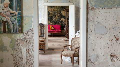 Enfilade. Slottet har en typisk barokk romløsning: Dørene er plassert langs en akse så man kan se gjennom alle rommene. Kunsten til venstre er signert godsets handyman, kunstneren Tilo Uischner.