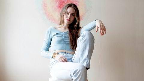 """Singer/songwriter Signe Marie Rustad fanget foran eget kunstverk. Hennes tredje album """"When Words Flew Freely"""" er ute nå."""