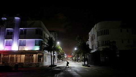 Orkanen vil nå Florida Keys, 25 kilometer sør for Miami søndag morgen lokal tid.