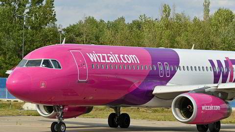 Et fly fra det ungarske lavprisselskapet Wizz er står parkert på Berlin-Schönfeld-flyplassen i Tyskland.