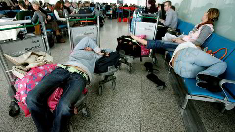 Her venter passasjerer på et forsinket fly ved London Stansted. Flyplassen er lei av at passasjerer som vil «spare inn en hotellovernatting» bruker flyplassen som hotell.
