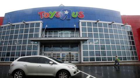 En Toys R Us-butikk i Elizabeth i New Jersey. Leketøysgiganten kommer til å legge ned 180 butikker, rundt 20 prosent av alle sine amerikanske butikker.