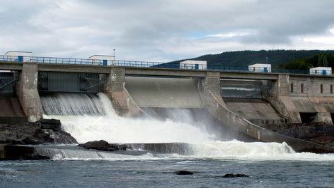 Kraftselskapene sliter med lav vannfylling. Her fra bedre dager ved Hunderfossen kraftstasjon i Gudbrandsdalslågen.