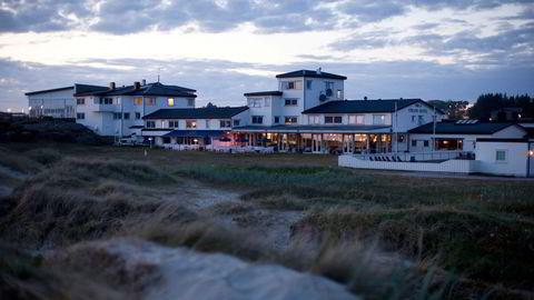 Over 100 år gamle Sola Strand Hotell fem minutters kjøretur fra flyplassen på Sola har slitt tungt etter oljeprisfallet. Nå er det solgt.