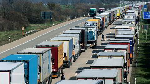 Det var onsdag lange køer av lastebiler som venter på å kjøre inn i Polen på motorveien ved Dresden etter at stadig flere grenser ble stengt for å bremse koronaviruset.