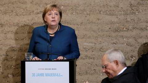 – Den lærer oss at ingen mur som holder folk ute og hindrer frihet, er så høy eller bred at den ikke kan bli brutt ned, sa Angela Merkel om Berlinmuren i sin tale lørdag.