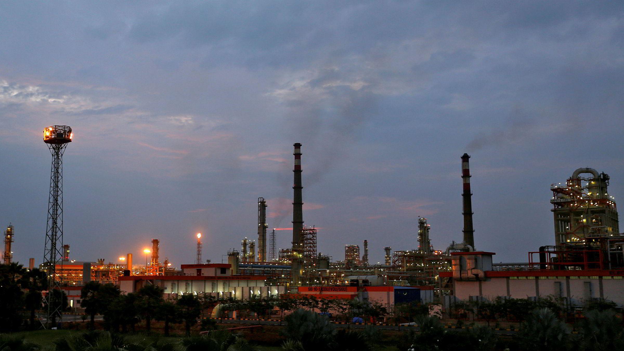 Vi skal ikke bli for komfortable med dagens oljepriser, ifølge den britiske banken Barclays. På bildet ses et av Essar Oils raffinerier i India.