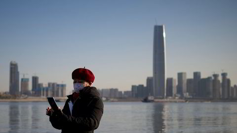 China Mobile er markedsdominerende i Kina med over 950 millioner abonnenter. Nå fjernes selskapet fra børsnotering i USA. Amerikanske investorer får ikke investere i kinesiske selskaper med bånd til det kinesiske militæret. Her fra Wuhan i Kina.