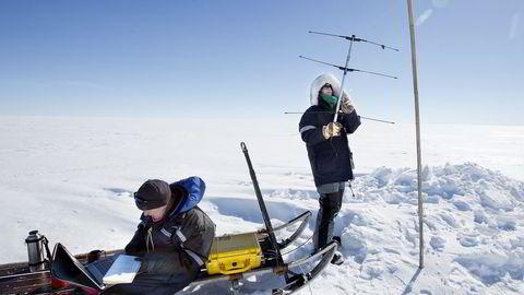 Signal. Forskerne Elizabeth Bagshaw (til venstre) og Nanna Karlsson forsøker å plukke opp GPS-signaler i det nordøstlige hjørnet av Grønlandsisen. De har senket små radiosendere ned i isen for å måle temperatur, trykk og vanninnhold.