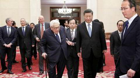 Den kinesiske toppledelsen rydder alltid kalenderen når USAs tidligere utenriksminister Henry Kissinger er i Beijing. President Xi Jinping følger Kissinger til et møte med delegatene.