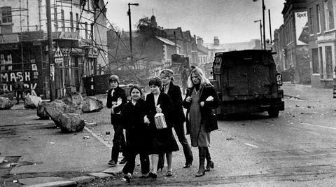Nordirske kvinner krysser Falls Road i Belfast i 1981, to år etter tiden da Anna Burns' «Melkemannen» utspiller seg.